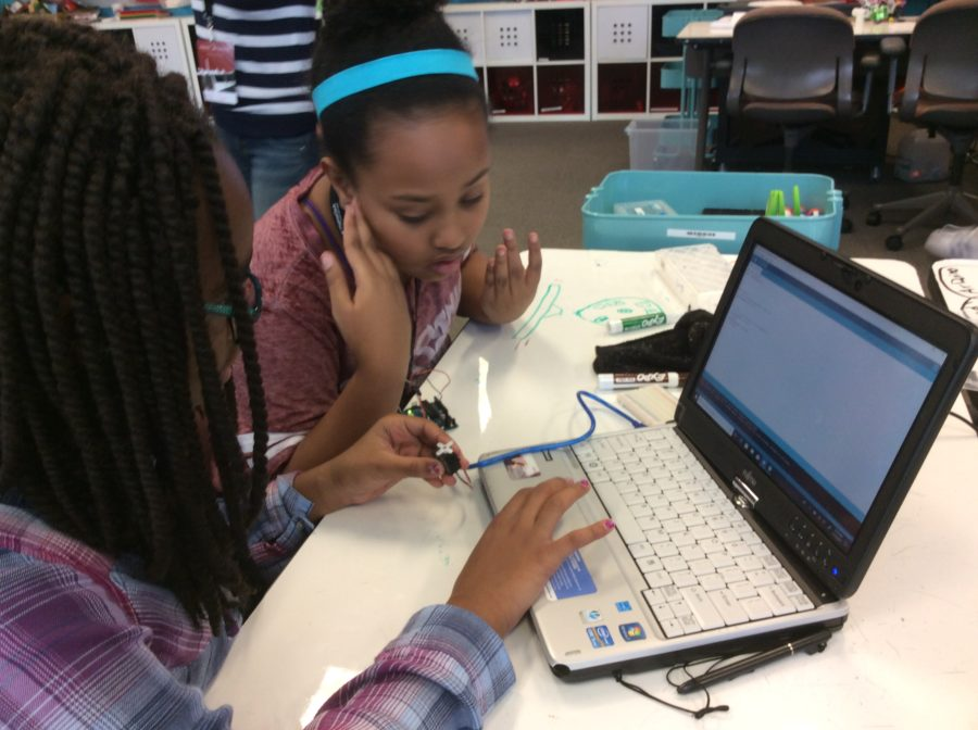 Students learning Arduino at Thinkabit
