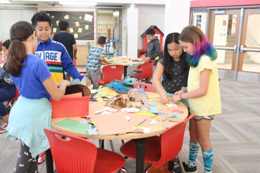 在桌子周圍的項目中工作的學生