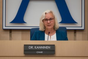 Presidenta de la Junta Escolar Dra. Barbara Kanninen
