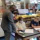 校长与学生和教职员工